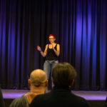 Vortragsrednerin auf der Bühne vor Publikum