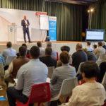 Vortragsredner auf Bühne und vor Publikum