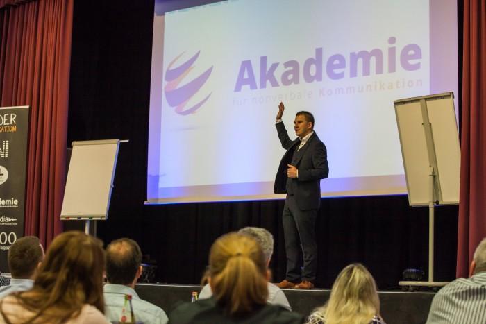 Key Note Speaker, Vortragsredner auf Bühne und vor Publikum