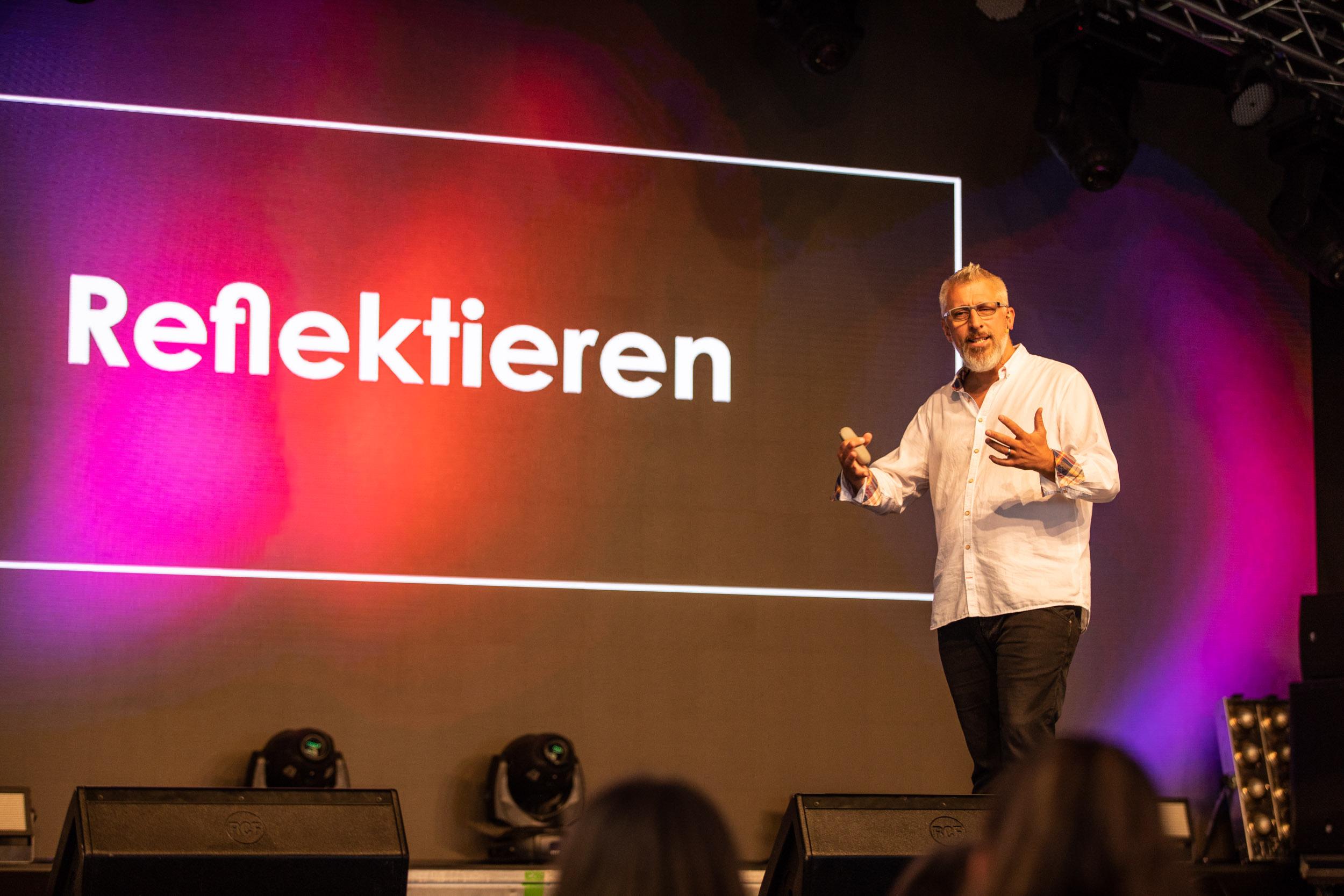 Key Note Speaker und Vortragsredner auf Bühne und vor Publikum